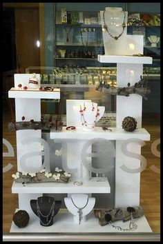 Jewelry display using different heights and layers Expositor p feiras. Craft Fair Displays, Market Displays, Store Displays, Jewellery Shop Design, Bijoux Design, Jewellery Display, Wood Display, Display Design, Store Design