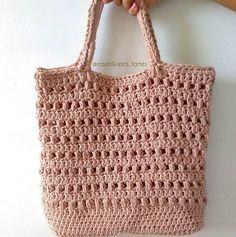 Minha queridinha  Fiz sem gráficos, só no olhômetro. Mas ficou linda. Vendi e tô querendo fazer outra em outra cor  me aguardem  #crochet #bag #bolsasdecroche #fiobarroco #semprecirculo #handmade