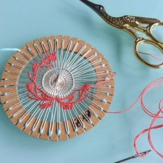 Different take on teneriffe lace. Teneriffe, Ribbon Embroidery, Embroidery Stitches, Embroidery Patterns, Needle Lace, Bobbin Lace, Weaving Techniques, Embroidery Techniques, Circular Loom