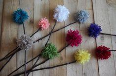 Bambulové květiny - Barevné bambule jsme tavnou pistolí přilepili na rovné větvičky. Poslouží jako zajímavá dekorace třeba pro zapíchnutí do květináče.