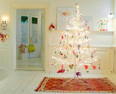 30. Helt elektrisk! Flere hundrede pærer lyser på den farvestrålende julepynt. JUL FEMINA 476