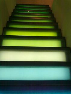 Estas escaleras son muy originales, con unos colores muy brillantes, cada escalón define un tono diferente de color. Estas escaleras las pude encontrar en una tienda de Benneton en Madrid.
