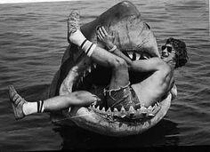 Un joven STEVEN SPIELBERG dentro del Tiburon.