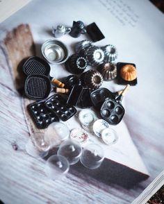 ❤︎ ・ original handmade miniature size 1/12 . 素材をいろいろ使ってキッチン 雑貨を作りました。 ・ ・ ・ #ミニチュア#miniature#クグロフ型 #小さいもの  #Kitchen #キッチン雑貨#miniatureKitchen#キッチン ・#miniaturefood #カウンターキッチン#cute #お皿#フライパン#ポット#Antiquedish #プレート#フレンチ#お皿 #instagramjapan #dailyinstagram #ig_photooftheday