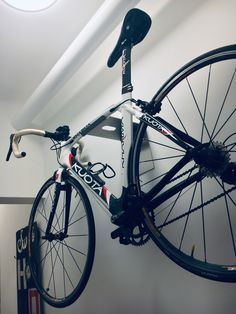 dekorativ  Gummistreifen schützt den Lack vor Beschädigungen  Stauraum für Fahrradzubehör (Helm etc.)  trägt problemlos Fahrräder bis 20 kg  Maximale Lenkerbreite: 50 cm  Langloch bietet die Möglichkeit, ein Fahrrad direkt an dem Fahrradträger abzusperren um es zusätzlich vor Diebstahl zu schützen.  Material: Edelstahl-Blech 4 mm, Stahlblech 4 mm  Fahrradmöbel Fahrradständer Bike Rack Bike Storage Bike Wall Hanging Rennrad Retrofahrrad Fahrrad-Wandhalter Wandregal Bike Wall, Rack Bike, Triathlon, Berlin Mitte, Bicycle, Road Bike, Hang In There, Bicycle Kick, Bike