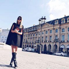 {C'est noir mon cher! O mood de hoje para o primeiro desfile do dia... ❤️} Cape dress @maisonvalentino boots @chanelofficial and clutch @louisvuitton! #thassiafrenchdays #ootd #black #PFW : @rhaiffe