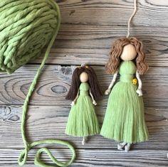 Wool Dolls, Yarn Dolls, Felt Dolls, Doll Crafts, Diy Doll, Yarn Crafts, Macrame Wall Hanging Diy, Pom Pom Crafts, Clothespin Dolls