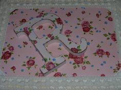 Caja decorada con chalk paint, decoupage y encaje de bolillo. Detalle de letra decorada a juego.