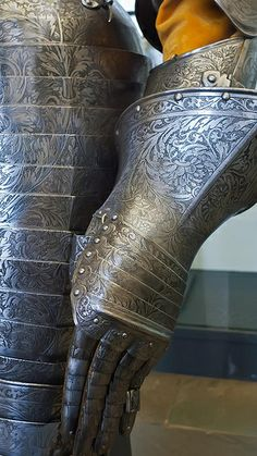 Gauntlet of Cuirassier Armor presented by Magdalena Sibylla margravine of Brandenburg to her husband Prince Elector Johann Georg I of Saxony 1612 CE Italy or France  (2)