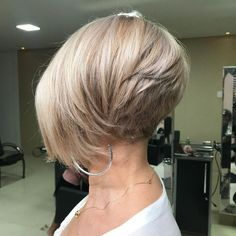 Flattering layered short haircuts for thick hair Short Wavy Hair Flattering hair haircuts Layered short Thick Short Layered Haircuts, Short Bob Hairstyles, Down Hairstyles, Short Hair Cuts, Stacked Bob Haircuts, Long Pixie Cut Thick Hair, Short Inverted Bob, Short Stacked Bobs, Layered Cuts