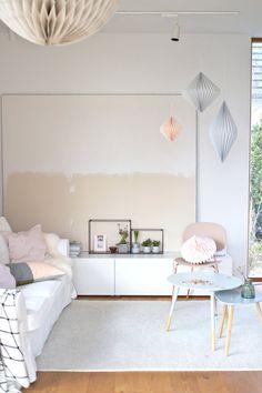 """Das Leinwand-Tannengrün kehrt dem Wohnzimmer nun den Rücken. Hinten ist also vorne und befindet sich eigentlich noch in Entwurfsphase Null - dem (teilweisen) Grundanstrich. Ich find´s charmant und so bleibt's, bis mir etwas Schöneres in den Sinn gerät. Das Sofa ist wieder weiß, die Kissen frühlingssehnsüchtig in rosè, rosa und etwas apricot und flirten mit dem """"Neuen"""" in Rosè und Kupfer.."""