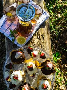 Picknick Rezepte: Selbstgemachter Eistee mit Schokoladenmuffins mit Erdbeeren Köstliche Desserts, Kakao, Picnic Recipes, Brunch Recipes, Picnic Ideas, Choclate Cake Recipe, Proper Tasty