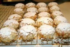 Kennt ihr diese feinen , italienischen Mandelbömbchen, die aussen mit Mandelblättchen knusprig und mit Puderzucker hübsch gemacht sind , innen wunderbar weich sind und nach Mandeln und Marzipan sch…