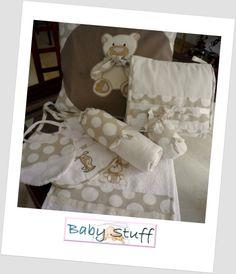 Conjunto en beige y blanco. Cojin, 2 baberos, toalla de mano, porta chupete, porta biberón y neceser para pañales, toallitas, etc.