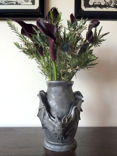 Bat vase Gothic Dellamorte & Co. Fall Halloween, Halloween Crafts, Halloween Decorations, Halloween Bedroom, Decoration Plante, Decoration Design, Gothic Garden, Goth Home, Gothic Home Decor
