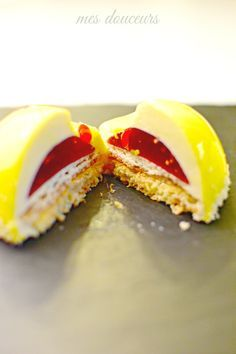 Demi-sphère Ananas, biscuit coco, insert Framboises - Mes Douceurs Unique Desserts, Fancy Desserts, Fancy Cake, Chef Recipes, Cooking Recipes, Biscuit Coco, Best Buttercream Frosting, French Patisserie, Specialty Cakes