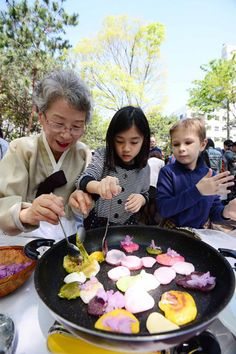 Hwajeon 화전 : Pan fried sweet rice cake with flower petals