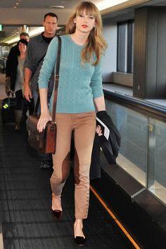 Taylor Swift solo necesita un jersey de lana azul y unos pantalones camel para estar perfecta