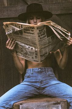 Photoshoot ideas for women Girl reading newspaper The Frame Chain Unveils their New Summer Campaign Kreative Portraits, Photographie Portrait Inspiration, Shotting Photo, Foto Casual, Summer Campaign, Photoshoot Inspiration, Model Photoshoot Ideas, Summer Photoshoot Ideas, Photoshoot Vintage