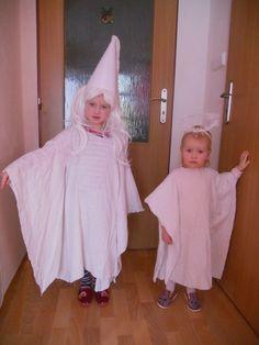 Doba karnevalů je v plném proudu a určitě se chystáte na karneval, pokud už jste dokonce na některém nebyli. Pro inspiraci mám pro vás návod na jednoduchý kostým. Bílá paní staré prostěradlo (záclona) tvrdý papír gumička bílý krepový papír núžky, lepidlo, sponkovačka (bílá paruka 100,-) 1. Z prostěradla ustřihneme dvojitý obdélník na šířku dle rozpažení dítěte a na délku dle výšky dítěte. V přeložení v půlce uděláme otvor pro hlavu. Buď necháme na protažení jen hlavou nebo si z rohů ...
