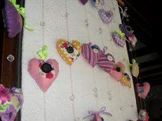 Chuva de corações em tecido de algodão e feltro, centro com botões.