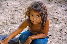Brasilianisches Kind, Mitglied einer Familie, die im Urwald am Rande eines der Amazonas-Flüsse von  Tierzucht und Fischerei leben. Kind, Amazons, Modern Man, Lifestyle