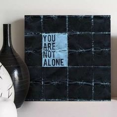 quadro decorativo not alone