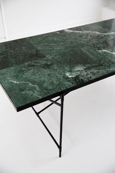 Console with black marble by HANDVÄRK – Marble Table Designs Marble Coffe Table, Marble Dinning Table, Marble Desk, Marble Furniture, Blue Dining Room Chairs, Dining Table Legs, Furniture Design, Bar Table Design, Green Marble