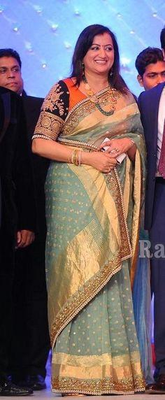 Sabya, you maverick! lovely saree, lovely styling