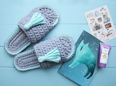 Videotutoriales – Pantunflas – Zapatillas – Trapillo – Crochet XXL – Comando Craft Crochet Sandals, Crochet Shoes, Crochet Slippers, Cute Crochet, Crochet Crafts, Crochet Projects, Knit Crochet, Sewing Projects, Crochet Slipper Pattern