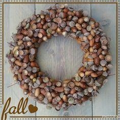 Krans van eikels Fall Wreaths, Door Wreaths, Christmas Wreaths, Christmas Crafts, Christmas Decorations, Christmas Ornaments, Nature Decor, Nature Crafts, Flower Factory