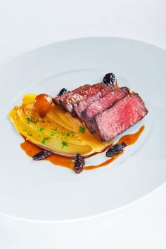 Tagliata di Manzo (beef fillet) with Glazed Shallots and Morels Wine Recipes, Gourmet Recipes, Cooking Recipes, Fancy Food Presentation, Gourmet Food Plating, Food Plating Techniques, Think Food, Creative Food, Food Design