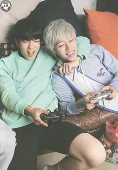 Yongjea and Daehyun... I'm surprised that Daehyun doesn't have food in his mouth!! ^^