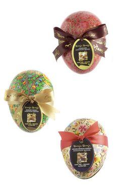 Statt riesengrosser Hasen empfehlen wir kleine, feine Espresso-Trüffel in Goldpapier eingewickelt und in edlem Papier-Macher Verpackung aus dem Kashmir, die zum Beispiel als schöne Schmuckdosen weiter genutzt werden können.