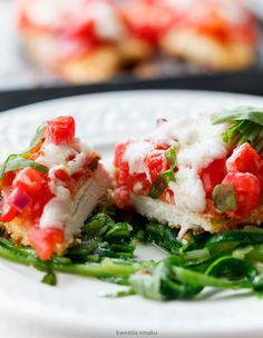Filety z kurczaka w parmezanowej panierce pieczone z pomidorami i serem   Kwestia Smaku