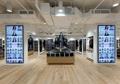 Uniqlo flagship store by Wonderwall, New York signage Retail Store Design, Retail Shop, Digital Retail, Retail Technology, Pop Up, Retail Signage, Fashion Displays, Retail Concepts, Digital Signage