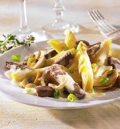 Ein Nudel-Rinderfilet-Gericht mit Gemüse aus der Pfanne.