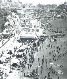 Η παραλία Βοτσαλάκια στον Πειραιά , το 1950. Γνωστή και ως παραλία του Παρασκευά , από το όνομα παρκείμενης ταβέρνας και μετέπειτα κοσμικού κέντρου των 50ς και 60ς.Σημειώσεις   Βουτιά στον χρόνο σε ένα σπάνιο photo album