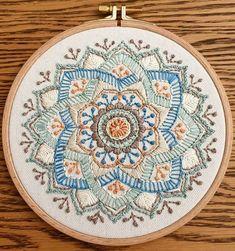 סלינה רקמה על הדפס פונטי בגווני פסטל ענוגים Embroidery On Clothes, Hand Embroidery, Decorative Plates, Handmade Jewelry, Sewing, Beautiful, Home Decor, Stitches, Needlepoint