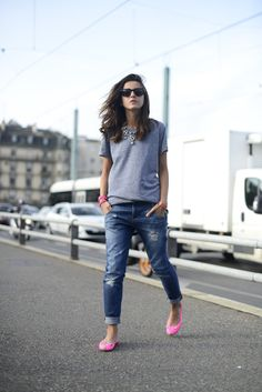 Lovely Pepa - Grey tshirt, boyfriend jeans, nice rhinestone necklace and neon shoes = perfect combo Style Désinvolte Chic, Style Casual, Look Chic, Casual Chic, Casual Looks, Casual Outfits, Cute Outfits, Fashion Outfits, My Style