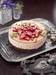 Mansikka-kuohuviinikakku // Strawberryb & Sparkling Wine Cake Food & Style Elina Jyväs, Baking Instinct Photo Reetta Pasanen www.maku.fi