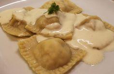 Raviole de saumon sauce parmesan Ingrédients : (pour 4-5 personnes)  Pâte à ravioles :  -3 oeufs  -300g de farine  -1 filet d'huile d'olive  -sel  Farce :  -300g de saumon fumé  -70g de ricotta  -basilic (frais si possible)  Sauce :  -160 ml de crème liquide  -160ml de lait  -120g de parmesan  -fécule de maïs (facultatif)   En savoir plus sur http://cestmasoeurquiregale.e-monsite.com/pages/les-plats/pates/ravioles-au-saumon-fume-et-ricotta-et-sa-sauce-au-parmesan.html#w8yVUhWkf5UFL1sC.99