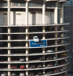"""Parking marketing de Leo Burnett en Chicago para una marca de seguros """"¿Estás en buenas manos?"""""""