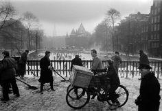1956. Bridge over the Geldersekade in Amsterdam. In the background De Waag on the Nieuwmarkt. Photo Ed van der Elsken #amsterdam #1956 #Geldersekade