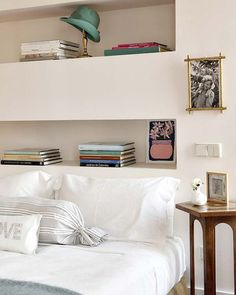Cabeceira com nichos; Colour Blocking Interior, Whimsical Bedroom, Bedroom Built Ins, Headboard With Shelves, Ideas Prácticas, Moraira, Eclectic Furniture, Tadelakt, Apartment Interior
