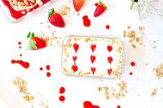Hier findet ihr ein leckeres Rezept für ein Erdbeer Knusper Tiramisu mit Müsli frischen Erdbeeren und einem Sahne-Frischkäse Mix.