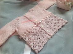 Conjunto primavera en rosa | Manualidades Crochet Quilt, Crochet Baby, Baby Girl Sweaters, Hairpin Lace, Baby Cardigan, Baby Knitting, Hair Pins, Baby Kids, Lily