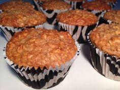 Sunde muffins med havregryn, banan, æble og kanel - Opskrift-kage.dk Cocoa Recipes, Cake Recipes, Healthy Cake, Healthy Desserts, Yummy Treats, Sweet Treats, Brunch, Danish Food, Food Cakes