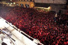 Ecco uno sguardo dai balconi di Bologna per il Vertical Stage Session del mese scorso. Roma sarà altrettanto carica di energia? Lo scopriremo il 31 ottobre...stay tuned #AlfaMiToVertical A view from the balconies in Bologna for Vertical Stage last month. Rome will get the same energy like Bologna? We will see on 31th october...stay tuned #AlfaMiToVertical  #verticalstage  #mito  #alfaromeo