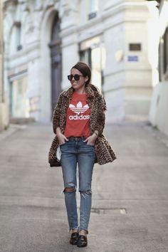 Blog mode Le Petit Monde de Julie Manteau léopard Zara T-shirt rouge Adidas Jean destroy effiloché Zara Mocassins noirs H&M Look automne hiver 2016